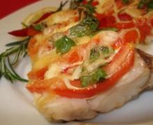 Треска запеченная с помидорами